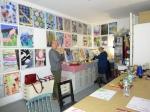 Bei Kirsten Kloeckner im Atelier, im Hintergrund ihre Wunschbilder (c) Foto von Susanne Haun