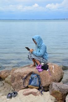 Künstlerin Kerstin Mempel beim Zeichnen am der Küste Kiel (c) Foto von M.Fanke